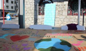 El mural solidari davant del Museu Carmen Thyssen Andorra.