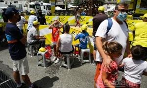 Molts visitants van gaudir de l'arribada de l'etapa del Tour al Principat.