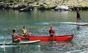 Caiacs, canoes i 'paddle sup', a l'estany natural de Més Amunt, a Tristaina.