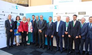 Foto de grup poc abans d'iniciar-se la segona jornada de la Trobada Empresarial al Pirineu, amb el president de la Generalitat, Quim Torra; el president de l'esdeveniment, Vicenç Voltes, i l'alcalde en funcions de la Seu d'Urgell, Albert Batalla.
