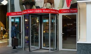 ANA/ Un turista entra en un hotel andorrà.