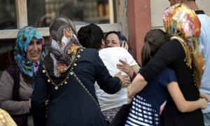 Familiars ploren la mort de les víctimes dels atemptats a Istambul.