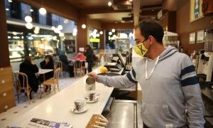 Els locals com la xocolateria Valor de la plaça Rebés, a la fotografia, hauran de ventilar entre 12 i 13 hores, i entre 15 i 16 hores.