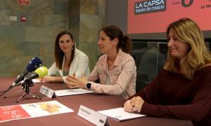 Les conselleres Jael Pozo i Vanessa Fenés amb la directora de la Capsa, Rosa Mujal.
