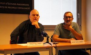 El cap d'investigació del Cehip, Albert Villaró, i el director de l'Institut d'Estudis Andorrans, Jordi Guillamet, en la presentació de les beques de recerca, el desembre passat.