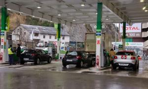 Tres vehicles reposten en una benzinera de Sant Julià de Lòria.