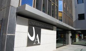 Els titulats universitaris obtenen salaris més elevats i contractes més estables que els de Formació Professional.