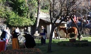 La representació canvia d'escenari i passa dels jardins d'Areny-Plandolit a Prat de Call.