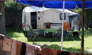 Una caravana en un càmping.