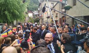 Macron saluda els ciutadans que l'havien anat a rebre als carrers d'Ordino.
