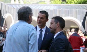 Eusebi Nomen, d'esquenes, conversa amb el liberal Jordi Gallardo i el socialdemòcrata Pere López.