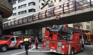 Bombers sota el pont d'accés al túnel del Grau de la Sabata.