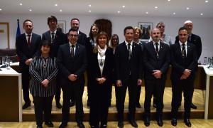 Foto de família de la nova corporació, amb el secretari general, Àngel Grau, i l'interventor, Joan Obiols.