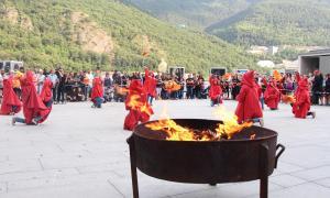 Rebuda de la flama del Canigó a la plaça del Consell, el 23 de juny a la tarda.