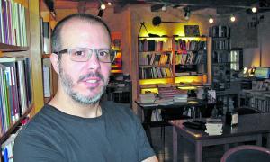 A La Puça, on ja es troben els seus relats ('Carnaval de sangre') i la novel·la 'El rumor de los insectos', a sis mans amb Puig i Arrabal.