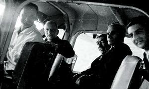 Adonis Moulène, amb granota clara i somrient, a la cabina de la Broussard amb el veguer Michel (al costat), i el conseller Julià Reig (a la dreta): tots en van sortir il·lesos, excepte el pilot francès.