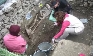 Excavació de la fossa comuna del cementiri de Soldeu, el setembre de l'any passat, rere les restes de l'aviador nord-americà desaparegut la tardor del 1943.