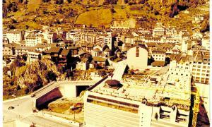 1982: el primer sector de la plaça del Poble ja s'ha acabat, però encara no s'han començat a aixecar el bar ni l'Institut de Música.