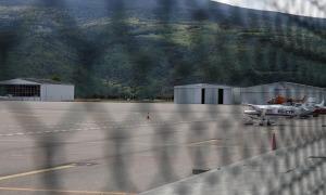 Pista de l'aeroport d'Andorra-la Seu des d'on en breu operaran els grups aeris de rescat de muntanya de la Generalitat al Pirineu Occidental.