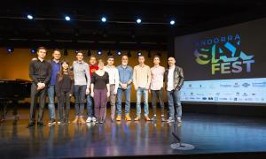 Foto de família dels finalistes del Sax Fest amb els membres del jurat, ahir al Centre de Congressos, on tenen lloc les audicions.