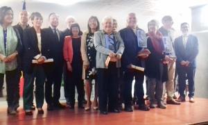 Foto de família dels premiats amb el cap de Govern, la síndica, que exercia ahir d'amfitriona, la cònsol de la capital i els organitzadors.