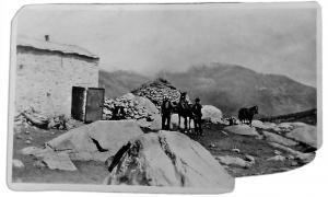 La cabana amb coberta metàl·lica, aixecada al segle XX, i l'orri dels pastors van ser fins als anys 20 les úniques construccions que hi havia al solar del Pas de la Casa.