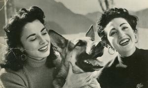 Lydia Linares, la veu d''Aquí Radio Andorra, emisora del Principado de Andorra', i Carmen del Monte, a la terrassa del Roc de les Anelletes els anys 50, l'època daurada de l'estació amb espais com 'El concierto de los radioyentes'.