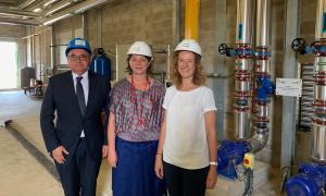 La presidenta de FEDA, Sílvia Calvó; el director general, Albert Moles, i una representant de la nova xarxa de calor de Perpinyà, durant l'acte inaugural.