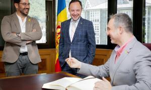 L'alcalde de la Seu d'Urgell, Jordi Fàbrega, firma el llibre d'honor amb presència del cap de Govern, Xavier Espot, i del regidor de l'ajuntament Francesc Viaplana.