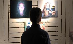 Es presenta l'exposició 'Ús i @bús' sobre la crítica als canvis quotidians provocats per l'adicció a les xarxes