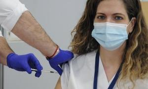 La doctora Eva Heras, cap del servei d'envelliment i salut del SAAS, rep la vacuna.