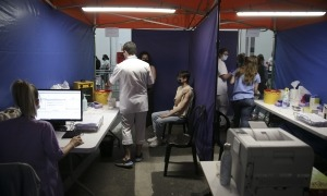 Ciutadans al centre de vacunació de l'antiga plaça de Braus.