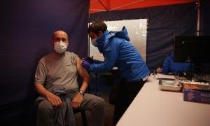 El ministre Benazet en el moment de rebre la vacuna.