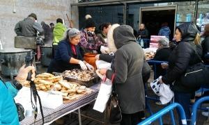 Ciutadans de Canillo recollint la vianda en l'edició de l'any passat.
