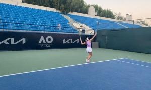 Vicky Jiménez en un entrenament a Dubai on es disputa la prèvia de l'Open d'Austràlia.