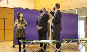La cònsol d'Encamp, Laura Mas, el ministre de Justícia i Interior, Josep Maria Rossell, i el director de Protecció Civil, Cristian Pons, durant la visita al poliesportiu del Pas.