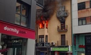 Dos ferits en estat crític i tres lleus en l'incendi de l'avinguda Carlemany