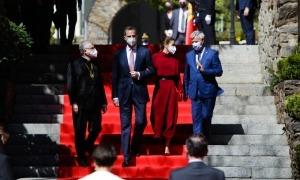 Els Reis baixant les escales de la Casa de la Vall.
