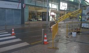 La rebentada d'una canonada provoca una inundació entre la plaça Rebés i Príncep Benlloch