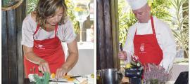 La dietista Marta Pons i el xef Carles Flinch ensenyant com s'elaboraven els farcellets de carabassa i els canelons d'escalivada.