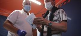 El cap de Govern, Xavier Espot, en el moment de rebre el passaport Covid amb el codi QR.