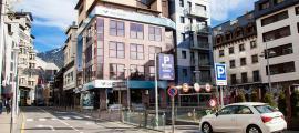 Una imatge de l'entrada a l'aparcament de Prat de la Creu per la plaça Rebés.