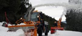 Treballs de treta de neu al Coll d'Ordino amb l'ajuda d'una turbina, la setmana passada.