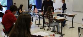 Estudiants fent l'examen.
