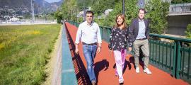 La cònsol major i els dos consellers han inaugurat aquest dijous el nou paviment del passeig del Riu.