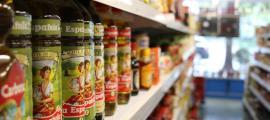 Aliments exposats per vendre al públic en un supermercat.