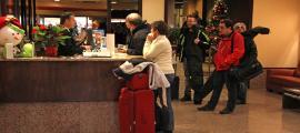 Turistes a la recepció d'un hotel d'Andorra.