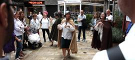 L'inici de la visita teatralitzada al cap del carrer.