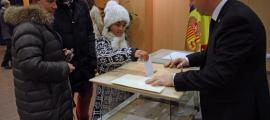 Ciutadans exerceixen el seu dret a vot durant les eleccions generals de març del 2015.
