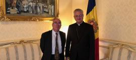 Un moment de la trobada entre el copríncep episcopal Joan-Enric Vives i Manuel Montobbio.